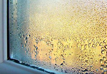Почему появляется конденсат на окнах и как его предотвратить