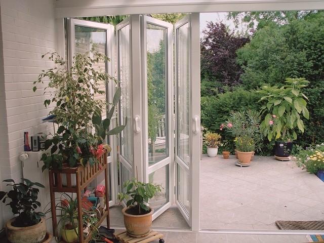 Остекление террас: двери-гармошки