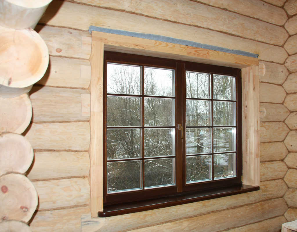 Пластиковое окно в деревянном доме